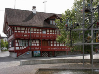 Altes Pfarrhaus mit Brunnen<div class='url' style='display:none;'>/</div><div class='dom' style='display:none;'>evang-amriswil.ch/</div><div class='aid' style='display:none;'>8</div><div class='bid' style='display:none;'>227</div><div class='usr' style='display:none;'>3</div>